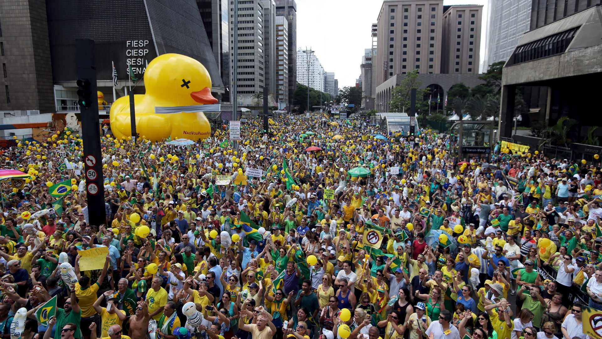 Demonstrators attend a protest calling for the impeachment of Brazil's President Dilma Rousseff at Paulista Avenue in Sao Paulo, Brazil, December 13, 2015. REUTERS/Paulo Whitaker - RTX1YIAN